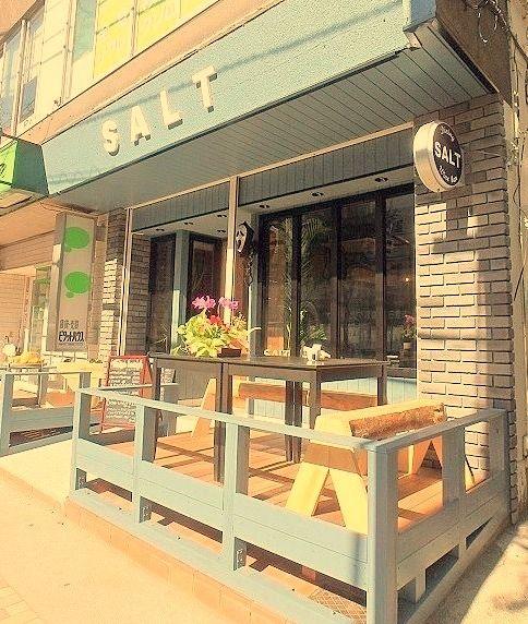 宮前平駅前のフレッシュネスバーガーさんの角を折れたあたり、お洒落なイタリアンレストラン「SALT」がオープンしました。開店準備中から「何のお店になるんだろう?」と気になっていた方も多いのでは。さっ…